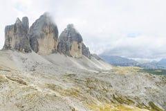 Tre Cime di Lavaredo in een bewolkte dag stock afbeelding