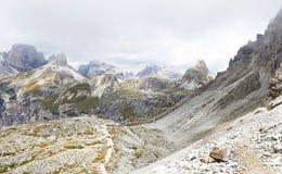 Tre Cime di Lavaredo in een bewolkte dag stock foto's