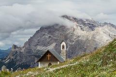 ` Tre Cime di Lavaredo ` parkland白云岩的,欧洲阿尔卑斯,意大利一点教会 免版税库存照片