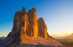 Tre Cime di Lavaredo pendant le coucher du soleil, dolomites, Italie Photo stock