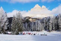 Tre cime di Lavaredo und Childrenskating auf dem gefrorenen Antorno LAK lizenzfreie stockfotografie