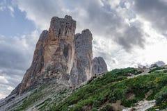 Tre Cime Di Lavaredo z turystą bierze fotografie Zdjęcia Stock