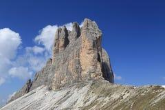 Tre Cime-Spitzen mit kleinen Wolken Stockfoto