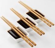 Tre ciotole di salsa di soia isolate su fondo bianco Fotografia Stock