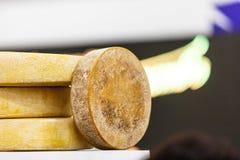 Tre cirklar av ost som ligger på räknaren Arkivfoton