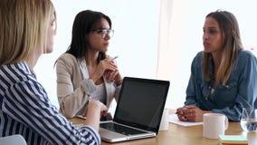 Tre colleghi di affari che lavorano insieme nell'area di lavoro moderna Concetto di 'brainstorming' video d archivio