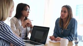 Tre colleghi di affari che lavorano insieme nell'area di lavoro moderna Concetto di 'brainstorming' archivi video