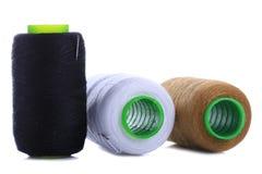 Tre colori del filato cucirino fotografia stock