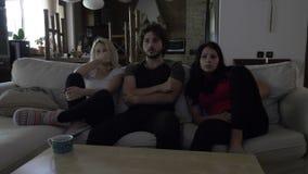 Tre compagni di camera spendono uguagliare insieme la sorveglianza del film stock footage