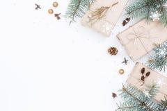 Tre contenitori di regalo e decorazioni di Natale Fotografia Stock