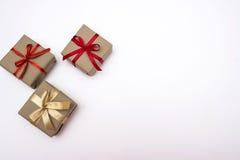 Tre contenitori di regalo su priorità bassa bianca Immagine Stock Libera da Diritti