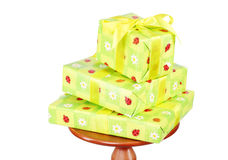 Tre contenitori di regalo verdi sulla piccola tavola rotonda immagini stock