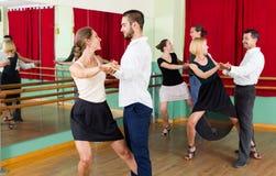Tre coppie felici che ballano tango Immagine Stock