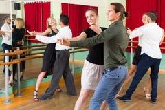 Tre coppie felici che ballano tango Fotografie Stock