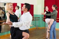Tre coppie felici che ballano tango Fotografie Stock Libere da Diritti