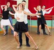 Tre coppie felici che ballano tango Fotografia Stock