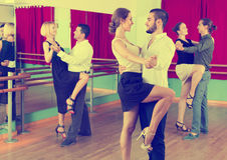 Tre coppie felici che ballano tango Immagini Stock