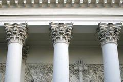 Tre corinthian kolonner som stöttar kornischen av kyrkan royaltyfri foto