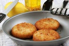 Tre crocchette di pesci fritte in una vaschetta Immagine Stock