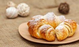 Tre croissant freschi sul piatto immagine stock libera da diritti