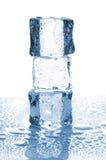 Tre cubetti di ghiaccio in pila Fotografie Stock Libere da Diritti