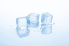 Tre cubetti di ghiaccio stanno fondendo Fotografie Stock Libere da Diritti