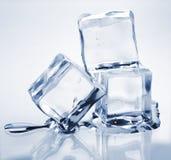 Tre cubi di ghiaccio di fusione immagini stock