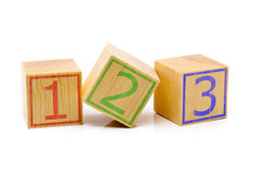 Tre cubi di legno marroni hanno allineato in una fila con i numeri uno, due Fotografia Stock Libera da Diritti