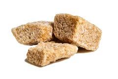Tre cubi marroni dello zucchero non raffinato della canna immagini stock
