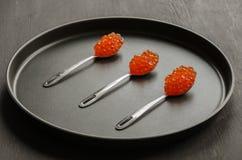 Tre cucchiai con il caviale rosso Immagini Stock