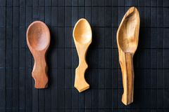 3 tre cucchiai di legno fatti a mano vuoti da legno e da dif differenti Immagini Stock