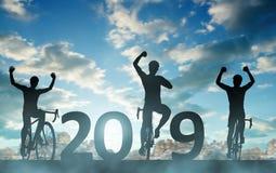 Tre cyklister medan beröm av det nya året 2019 arkivfoto