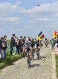 Tre cyklister på Paris-Roubaix 2014 Arkivfoton