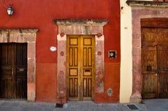 Tre dörrar med olika format, San Miguel de Allende, Mexico Royaltyfri Bild