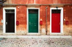 Tre dörrar och tre brevlådor Arkivbilder