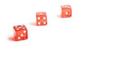 Tre dadi rossi in un angolo su priorità bassa bianca Fotografie Stock Libere da Diritti