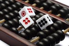Tre dadi sull'abaco sono simbolici di gioco Immagine Stock Libera da Diritti