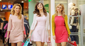 Tre damer under shoppingdagen royaltyfri fotografi