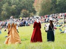 Tre damtoalett i lång tappningklänning som bort går royaltyfri bild