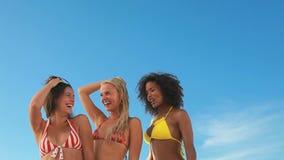 Tre dansa vänner i deras bikinier arkivfilmer