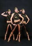 Tre dansare i militär likformig Royaltyfri Bild