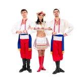 Tre dansare som slitage dräkter för en folkukrainare Royaltyfri Foto