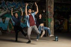 Tre dansare som tillsammans utför Arkivbilder