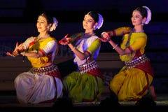 Tre dansare som utför den Odisi dansen i synkronisering Royaltyfri Fotografi