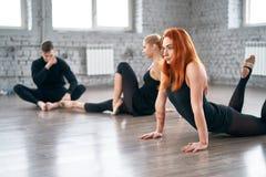 Tre dansare som värmer upp för en dans Royaltyfri Foto