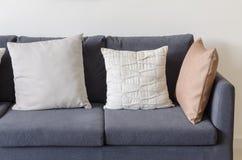 Tre dei cuscini sul sofà blu scuro Immagini Stock Libere da Diritti
