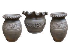 Tre della dimensione cruda dei vasi di argilla isolata sugli ambiti di provenienza bianchi illustrazione di stock