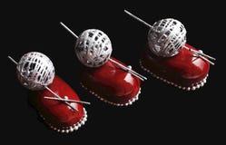 Tre dessert rossi della bacca del cioccolato con argentano la decorazione della palla della lana e spruzza fotografia stock