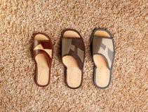 Tre differenti hanno graduato le pantofole secondo la misura immagine stock libera da diritti