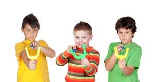 Tre dåliga pojkar med katapulten Royaltyfria Bilder
